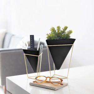 🆕 New in Box! Black/Brass Planter (pair)